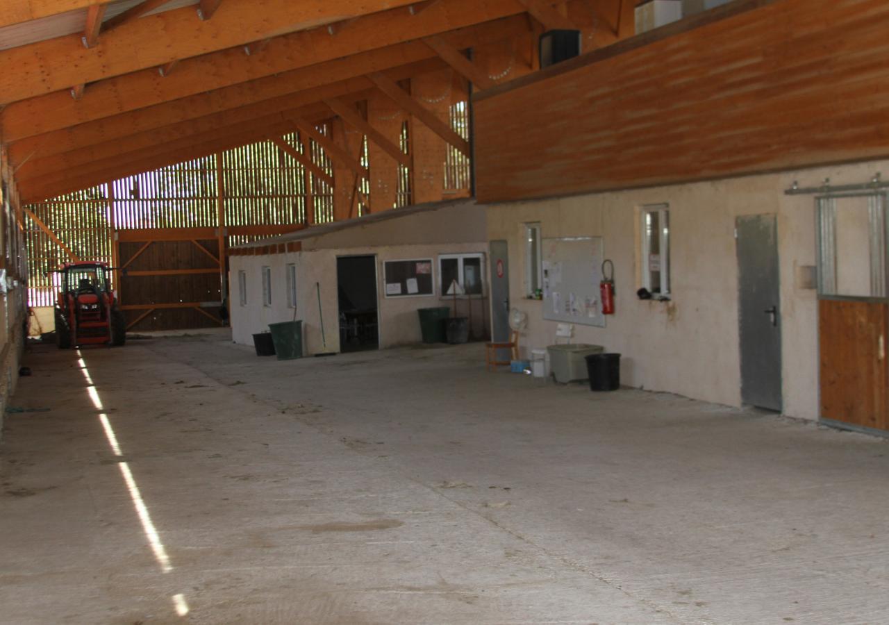 Couloir, boxes et salle de classe